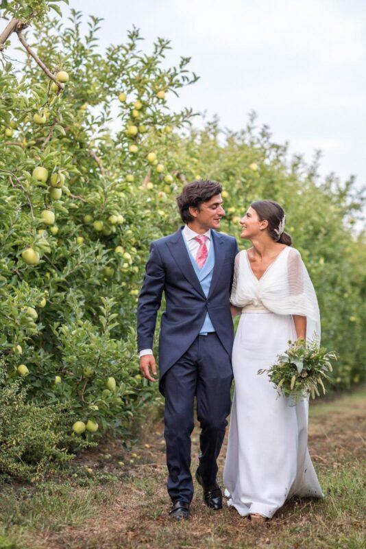 vestido de novia con capa plisada